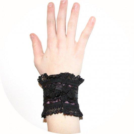 Bracelet manchette victorien en dentelle noire et satin mauve