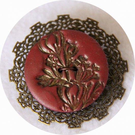 Broche bouton fleur bordeau sur estampe bronze