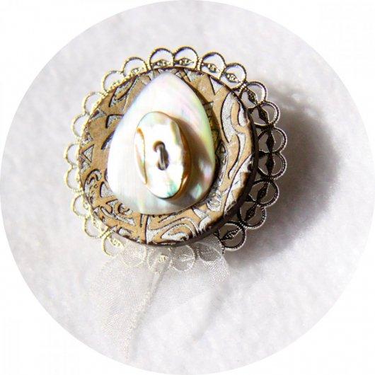 Broche médaillon rond argenté en bouton de nacre