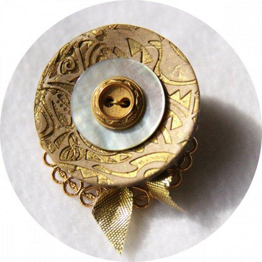 Broche médaillon rond doré en boutons