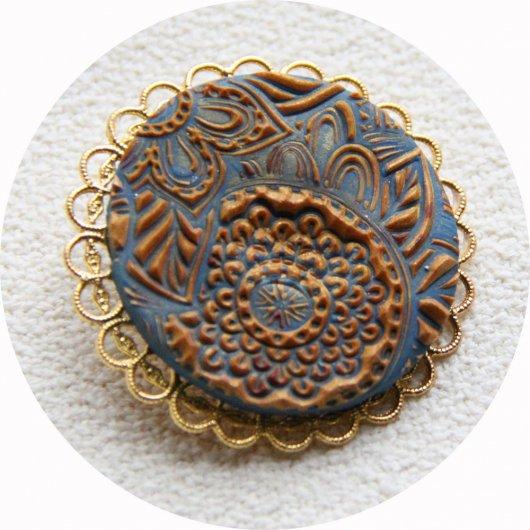 Broche médaillon rond mandala bleu azur et doré