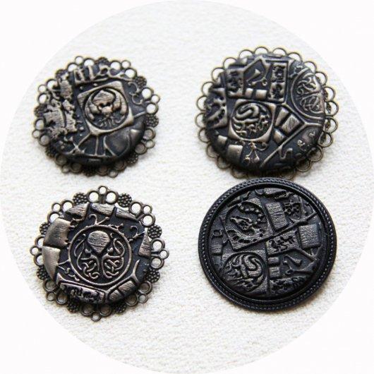 Broche médaillon rond Steampunk thème Cthulhu noir et or