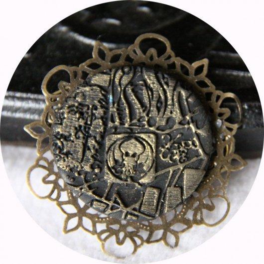 Broche médaillon rond Steampunk thème Cthulhu noir et bronze