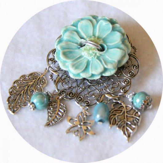 Broche ronde bouton en céramique bleu azur sur fond filigrané argent avec breloques argent et perles bleues
