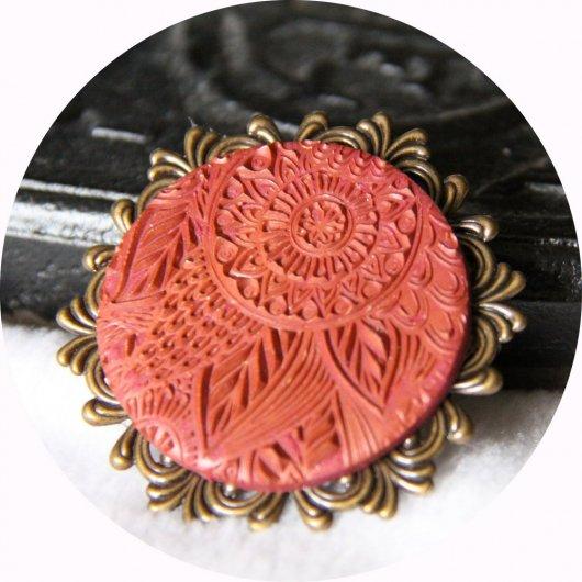 Broche ronde légère bordeau mandala sur estampe cuivrée