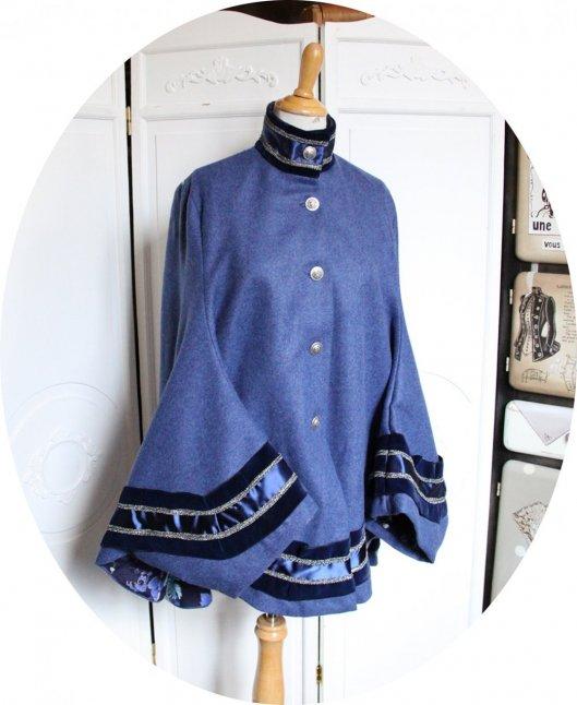 Cape bleue en drap de laine et ruban de velours dos imprimé