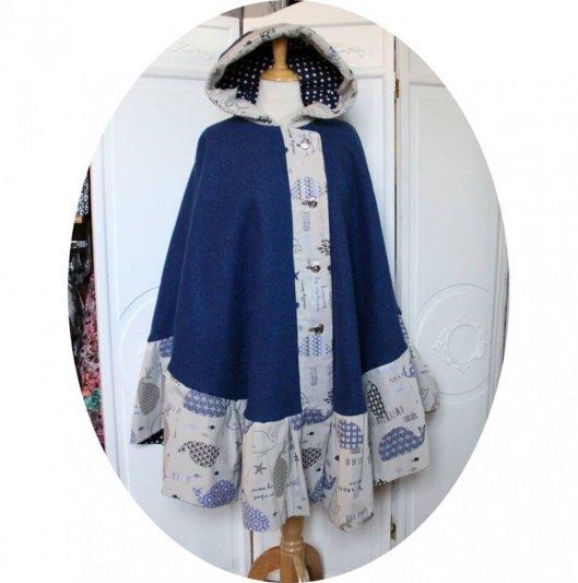 Cape à capuche bleue en pure laine et bordure grise à poissons bleu