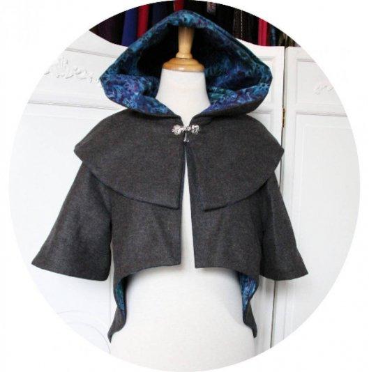 Capeline à capuche Le Petit Capuchon en laine et cachemire gris doublure batik bleu