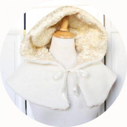 Capeline à capuche Le Petit Capuchon en laine ivoire doublure organza brodé
