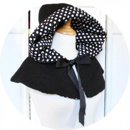 Capeline à capuche Le Petit Capuchon en laine noire doublure coton noir pois blancs