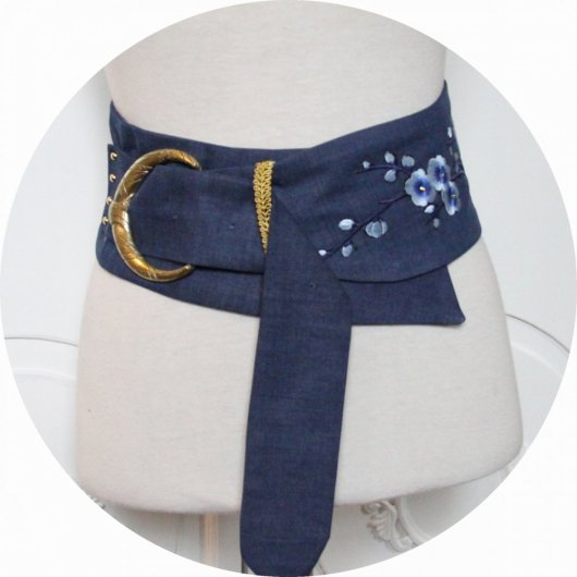 Ceinture en jean bleu, broderie et grosse boucle dorée