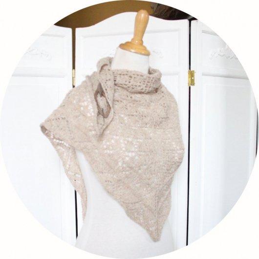 Chale léger en dentelle de laine en coloris beige tricoté main avec un motif ajouré