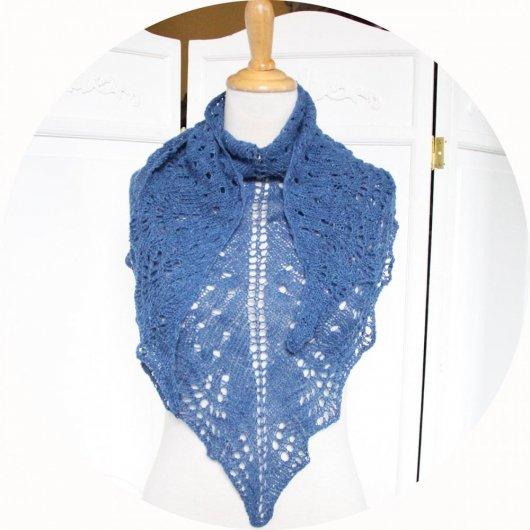 Chale léger en dentelle de laine en coloris bleu ou beige tricoté main avec un motif ajouré