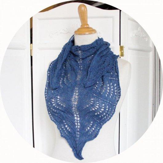 Chale léger en dentelle de laine en coloris bleu clair ou bleu foncé tricoté main avec un motif ajouré
