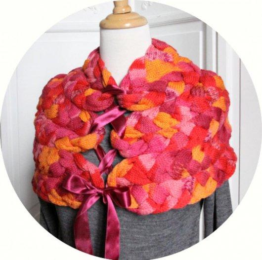 Chauffe épaule en laine chinée rose orange violet tricoté avec noeud en satin