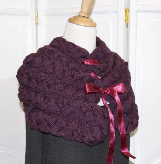 Chauffe épaule en laine mauve tricoté avec noeud en satin
