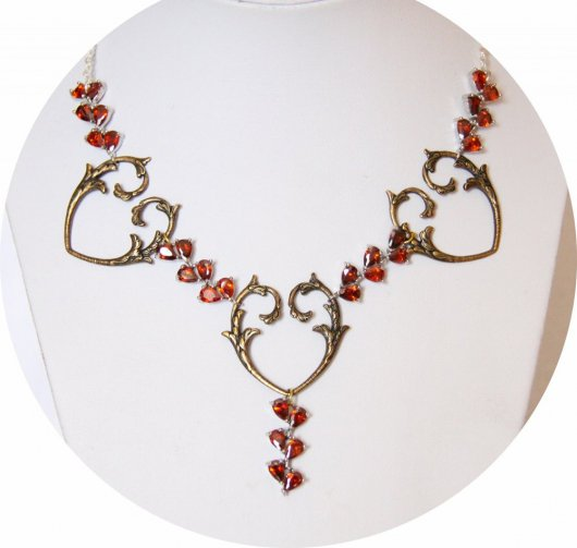 Collier coeur baroque bronze et strass rouge rubis