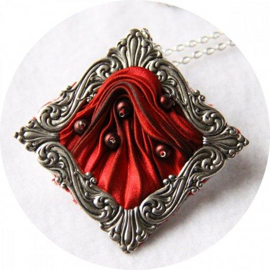 Collier médaillon carré en ruban de soie shibori rouge brodée et cadre argenté