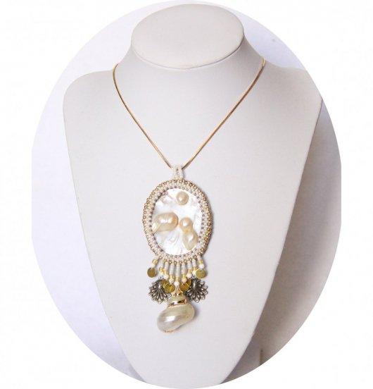 Collier médaillon de nacre et coquillage brodé de perles blanc et or