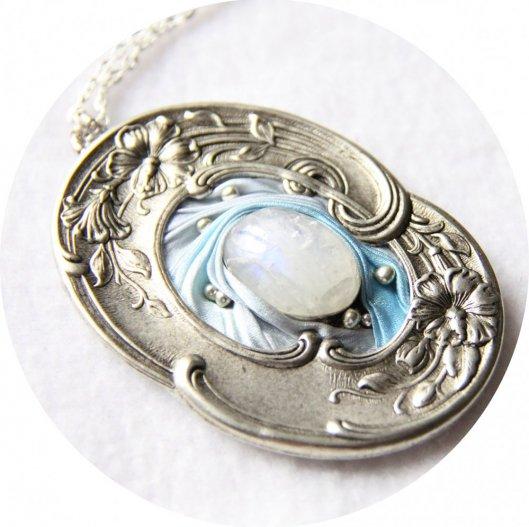 Collier médaillon ovale en ruban de soie shibori bleu ciel et cadre argenté Art Nouveau