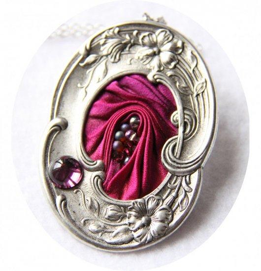 Collier médaillon ovale en ruban de soie shibori rose fuchsia et cadre argenté Art Nouveau