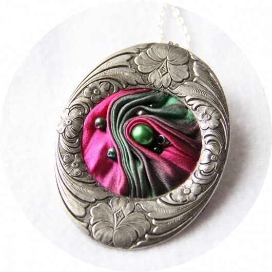 Collier médaillon ovale en ruban de soie shibori rose fuchsia et vert et cadre argenté Art Nouveau
