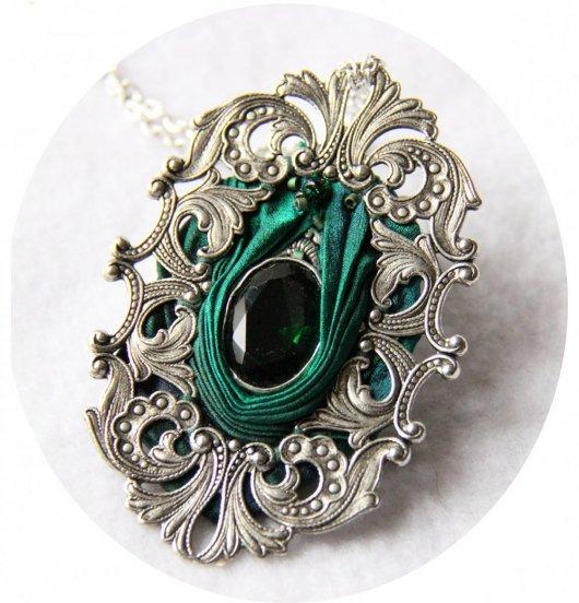 Collier médaillon ovale en ruban de soie shibori vert émeraude et cadre argenté baroque