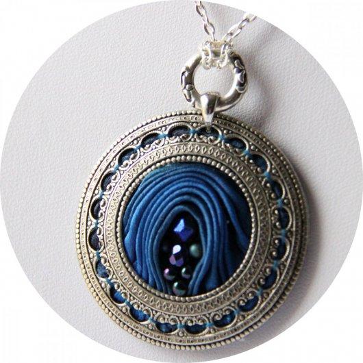Collier médaillon rond en ruban de soie shibori bleu roi brodée et cadre argenté