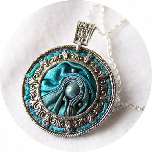 Collier médaillon rond en ruban de soie shibori bleu turquoise brodée et cadre argenté