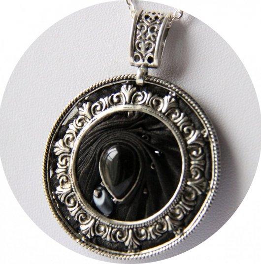 Collier médaillon rond en ruban de soie shibori noire brodée et cadre argenté