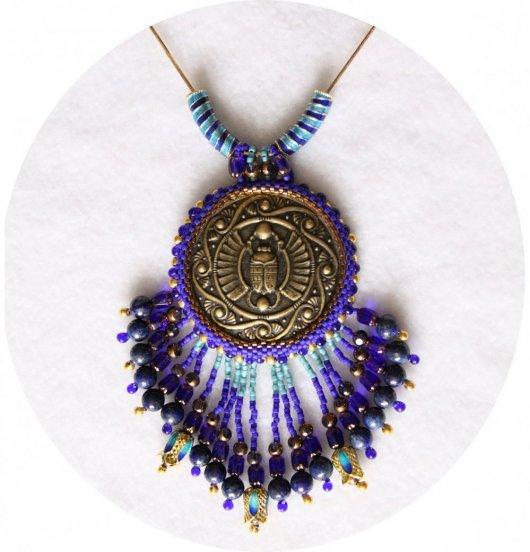 Collier médaillon scarabée égyptien bronze bleu lapis et bleu turquoise