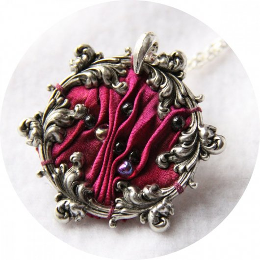Collier victorien médaillon en ruban de soie shibori rose fuchsia et cadre argenté à volutes arabesques brodé