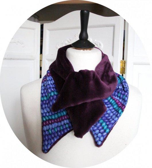 Col tour de cou en coton imprimé perlé bleu vert et intérieur polaire violet