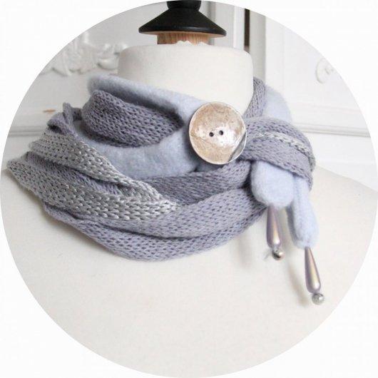 Echarpe en laine multirang en laine bleu ciel et bouton en coco émaillée
