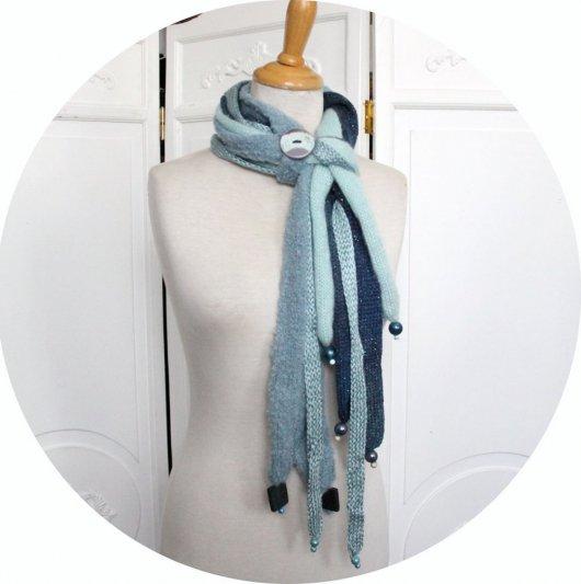 Echarpe en laine multirang en laine bleue et bouton en céramique bleue