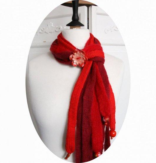 Echarpe en laine multirang en laine rouge et bouton en céramique rouge