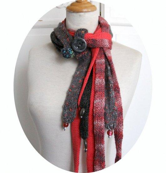 Echarpe en laine multirang en rangs de laine gris et corail et bouton gris anthracite