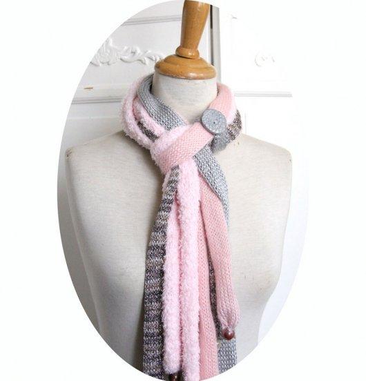 Echarpe en laine multirang en rangs de laine rose et gris perle et bouton gris argent