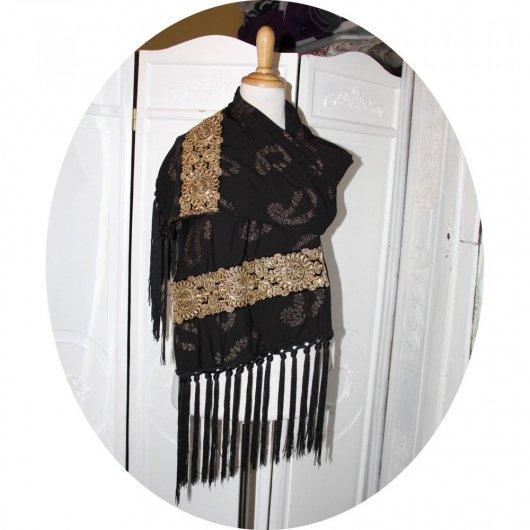 Echarpe noire et or à frange nouée en viscose noire à motif paisley dorés et grand galon de velours noir brodé or