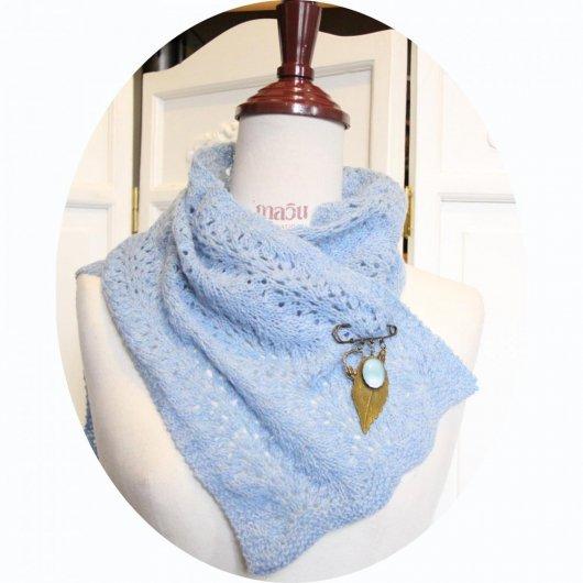 Echarpe tour de cou en laine bleue tricotée main et sa broche