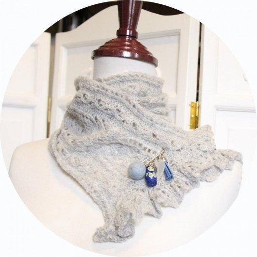 Echarpe tour de cou en laine grise tricotée main et sa broche