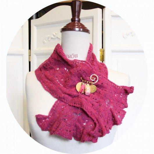 Echarpe tour de cou en laine rose tricotée main et sa broche