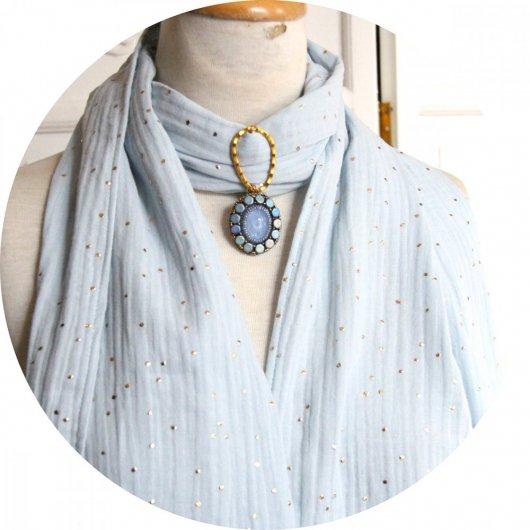 Etole bleu ciel en double gaze de coton à pois dorés et bijou cabochon perlé