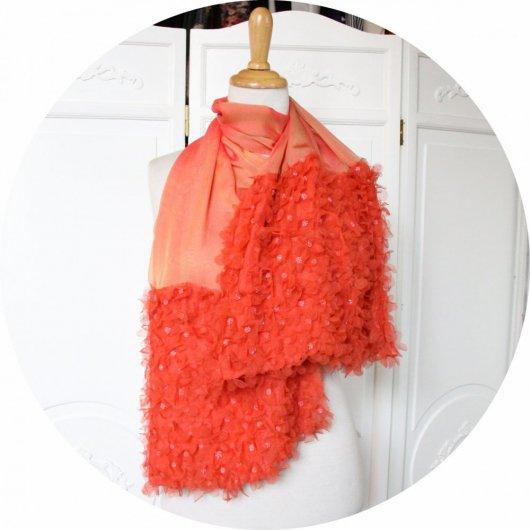 Etole en mousseline de soie rose saumon a fleurs brodées de perles corail