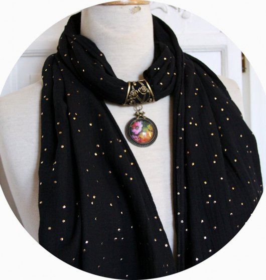 Etole noire en double gaze de coton à pois dorés et bijou cabochon fleur russe