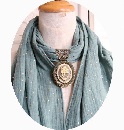 Etole vert sauge en double gaze de coton à pois dorés et bijou cabochon perlé