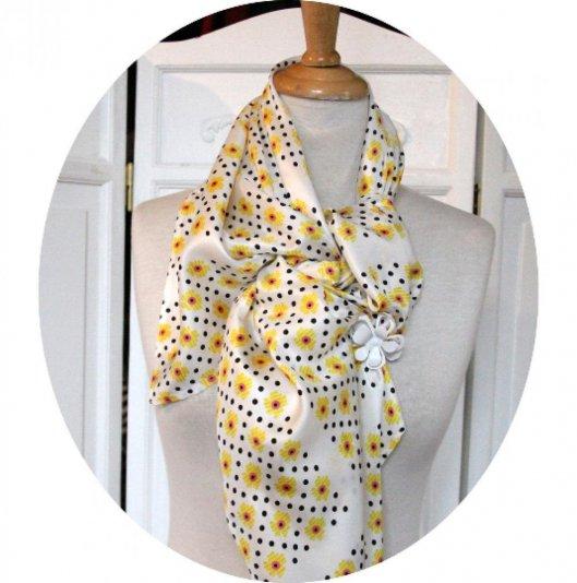 Foulard en soie grand carré de twill écru imprimé de fleurs jaunes et pois noirs