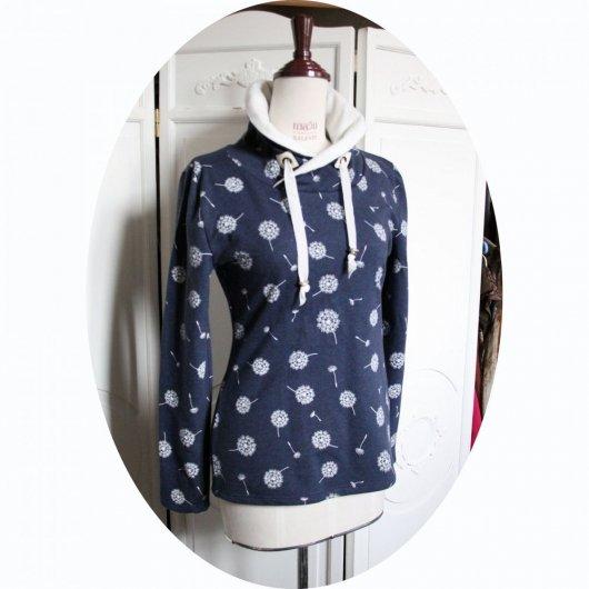 Haut sweatshirt col montant en molleton bleu jean motif pissenlit et col en molleton ivoire