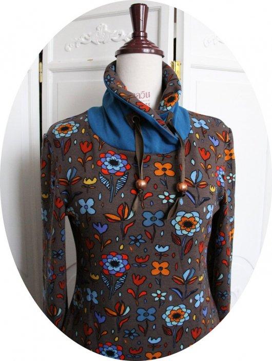Haut sweatshirt col montant en molleton imprimé marron et col bleu pétrole