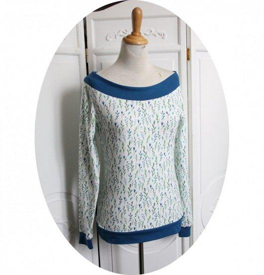 Haut tshirt bleu pétrole et blanc à fleurs à manches longues et encolure danseuse